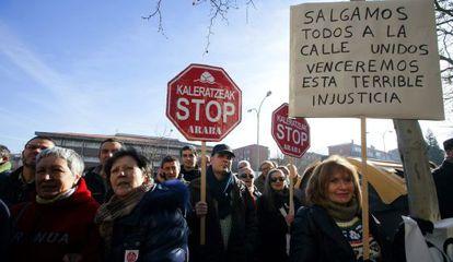 La plataforma Stop Desahucios, durante una concentración en Álava.