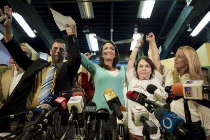 El presidente del partido político Copei, Roberto Enríquez, María Corina Machado, Mitzy Capriles y Lilian Tintori, este lunes en Caracas.
