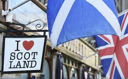 Foto de archivo de banderas de Escocia y Reino Unido.