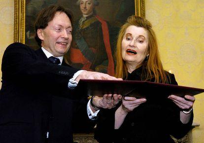 Engdahl entrega a la autora austriaca Elfriede Jelinek el diploma del Nobel de Literatura en 2004.