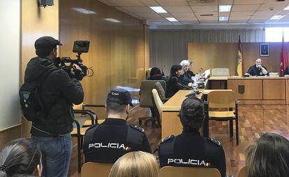 De espaldas, detrás de sus abogados y sentada en una silla, Sonia Bedoui, acusada de asesinar a su hijo recién nacido, en la primera jornada del juicio.