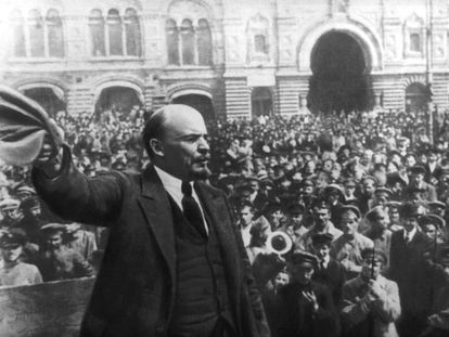 Lenin se dirige a una multitud durante la revolución rusa de octubre de 1917.