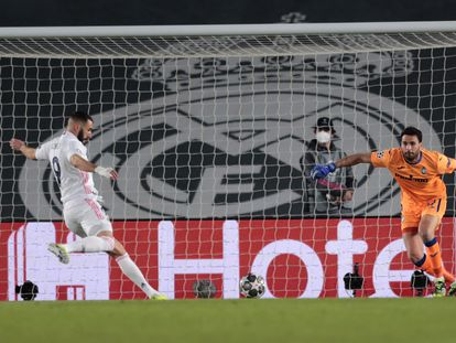 Benzema se dispone a tirar para marcar el primer gol del partido.