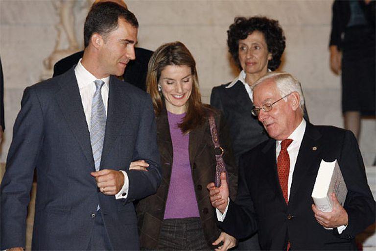 Los Príncipes de Asturias conversan con García de la Concha, en presencia de Mercedes Cabrera.