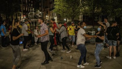A group of young people celebrate the end of the state of alarm, at dawn on Sunday in Madrid.