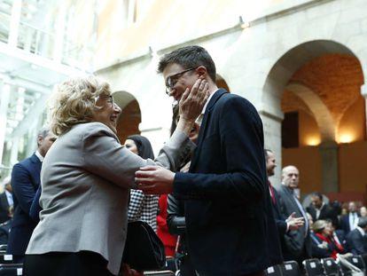 La alcaldesa de Madrid, Manuela Carmena, saluda cariñosamente a Íñigo Errejón, en la más reciente celebración del Dos de Mayo, día de la Comunidad de Madrid.