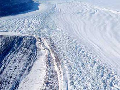 Glaciar Petermann, en el norte de Groenlandia, fotografiado desde un helicóptero en 2002.