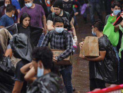 Jóvenes voluntarios reciben víveres en un centro de acopio para las víctimas del terremoto en Ciudad de México