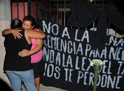 Algunos familiares del reo José Medellín lloran en la ciudad de Nuevo Laredo, en México.