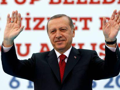 El presidente Erdogan saluda a sus seguidores, durante un acto este viernes en Estambul.