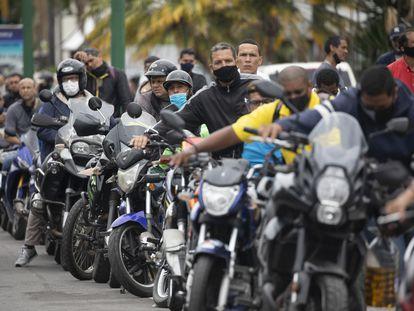 Decenas de motociclistas esperan en una estación de gasolina, el martes 8 de septiembre, en Caracas.