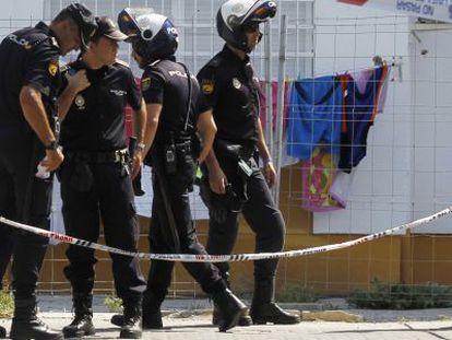 Controles policiales este jueves, junto a la zona en la que murió la niña.