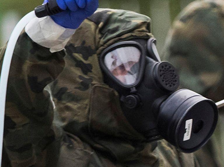 Militares de la Brigada Ligera Aerotransportable (Brilat) desinfectan una residencia de mayores de Santiago de Compostela.