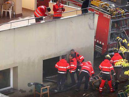 En la imagen, los equipos de rescate en un asilo de Lleida, donde han muerto cuatro ancianas.