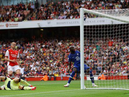 Lukaku marca el primer gol del partido ante el Arsenal este domingo en el Emirates.