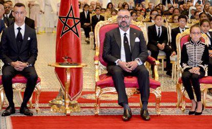 El Rey Mohammed VI, junto al príncipe Moulay El Hassan (izquierda) y la princesa Lalla Khadija (derecha) el pasado lunes.
