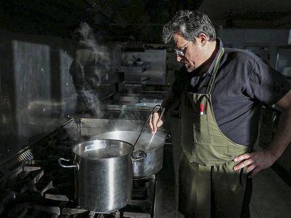 Isaac Monzó, en la cocina de Cal Trumfo.