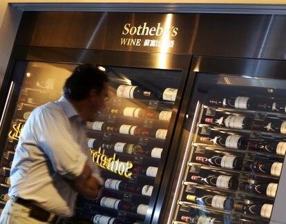 Expositor de vinos se Sotheby's en Hong Kong.