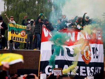 Aficionados del United protestan contra los Glazer en los exteriores de Old Trafford, el 2 de mayo.