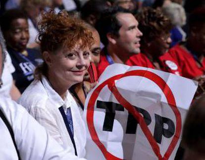 La actriz Susan Sarandon, con un cartel contrario Al Acuerdo de Asociación Transpacífico, en la convención demócrata celebrada en Filadelfia.