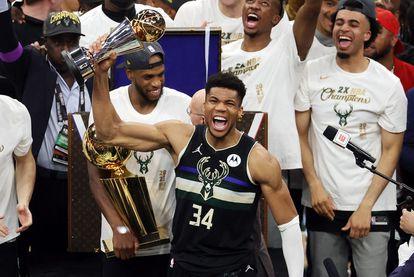 Antetokounmpo con el trofeo al mejor jugador de la final entre los Bucks y los Suns