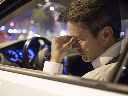 Un conductor muestra signos de fatiga al volante.