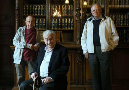 De izquierda a derecha: Hugo Mujica, Antonio Gamoneda y Marco antonio Campos.