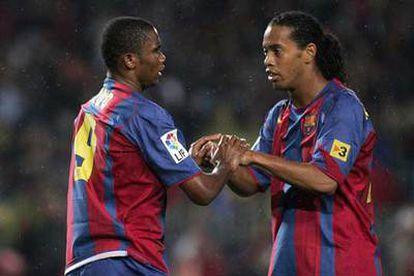 Eto'o y Ronaldinho se saludan antes de un partido.