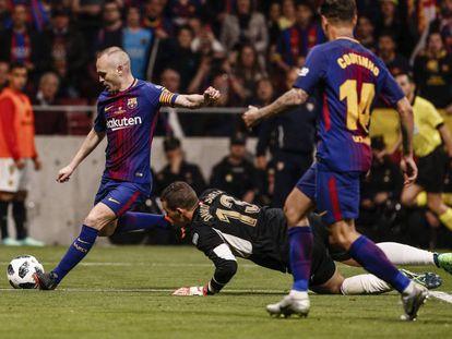 Iniesta regatea a David Soria y marca en la final.