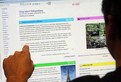 Un internauta consultaba ayer la página de Wikipedia en euskera.