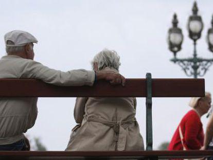 Una pareja de jubilados en París.