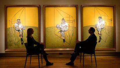 Visitantes observan los 'Tres estudios de Lucian Freud' en Chirstie's,