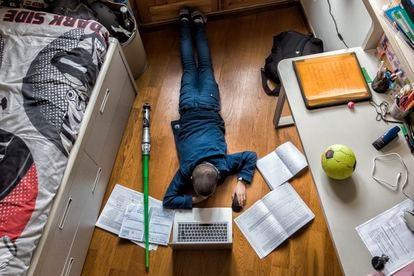 Un alumno de quinto de primaria estudiando en casa.