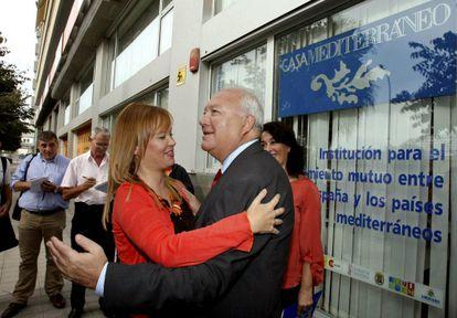 La ministra de Sanidad, Leire Pajín, saluda al exministro de Asuntos Exteriores Miguel Ángel Moratinos.