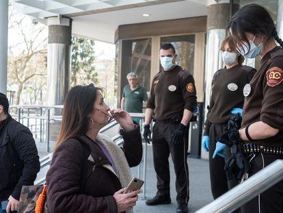 El personal de seguridad de los juzgados de plaza Castilla piden papeles a las personas que quieren entrar.