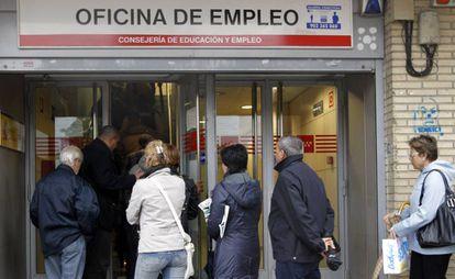 Varias personas hacen cola en la oficina de empleo de la Avenida de Santa Eugenia, en Madrid.