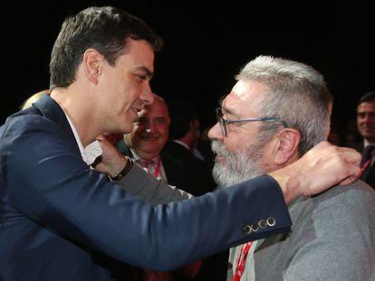 Cándido Méndez (d) saluda a Pedro Sánchez, durante el 42 Congreso Confederal de UGT.