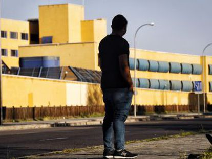 EL PAÍS entra en el centro de internamiento de Aluche (Madrid), un espacio en el que casi 200 inmigrantes esperan para ver si serán expulsados, presos de la desesperación