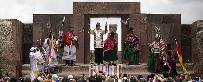 El presidente boliviano, Evo Morales, al momento de recibir la bendición de los sacerdotes aymaras en las ruinas de Tiahuanaco