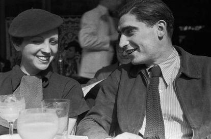 Gerda Taro y Friedmann Endre Ernő, o sea, la pareja que firmaba sus fotos con el seudónimo de Robert Capa y que también aprovechó para suplantar a Frank Capra durante un viaje.
