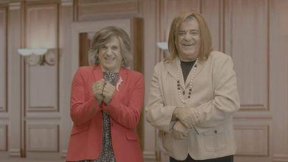 José Mota y Millán Salcedo, caracterizados como María Luisa Carcedo y Fátima Báñez, en el especial de Nochevieja 'Retratos salvajes'.