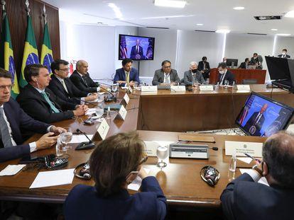 El presidente de Brasil, Jair Bolsonaro, y miembros de su Gobierno participan desde Brasilia en la cumbre del clima convocada por EE UU, este jueves.