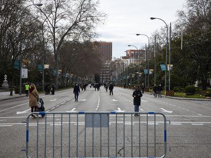Varias personas pasean por el Paseo del Prado, tras la recuperación de las peatonalizaciones provisionales después del paso de la borrasca 'Filomena' en Madrid.