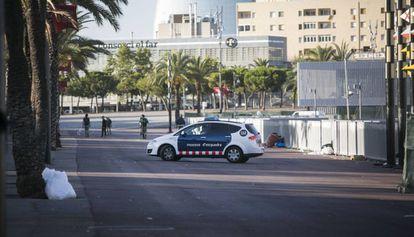 Policía en el Passeig de Joan de Borbó este viernes a primera hora.