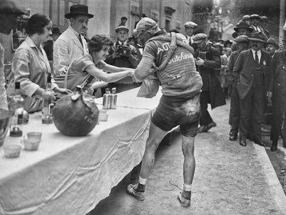 Lucien Buysse, en el control de avituallamiento de la primera etapa del Tour de 1926