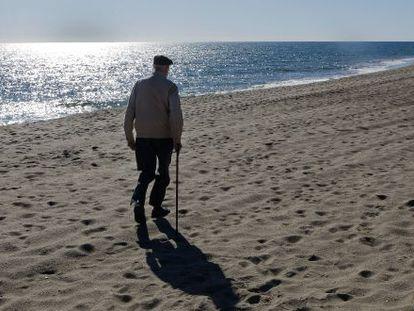 José Luis Sampedro, paseando por la playa de Mijas, cerca de su casa, en el invierno de 2009.