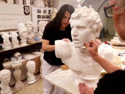 Paula y Antonio le dan vida al vaciado de una venus en la Academia de Bellas Artes.
