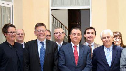 Ximo Puig, segundo por la izquierda, junto a Salvador Navarro, presidente de la CEV.