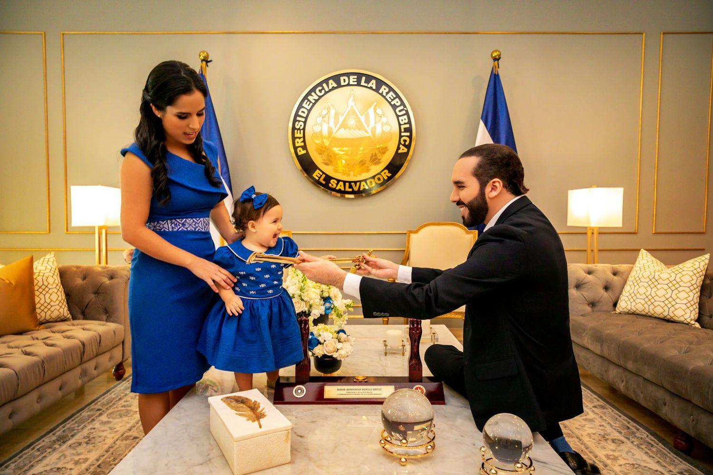 Nayib Bukele, acompañado de su esposa e hija en el despacho presidencial.