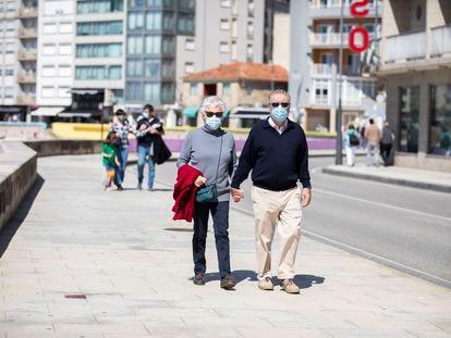 Varias personas pasean por el Paseo Marítimo de Sanxenxo, en Pontevedra, Galicia, en marzo pasado.
